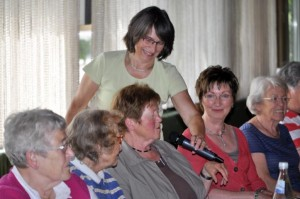 Diözesanleiterin Gabriele Heinz beim Interview einer Teilnehmerin aus dem Dekanat Ludwigshafen